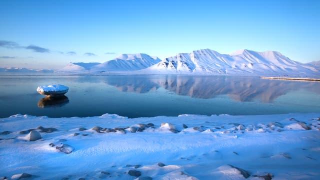 Bei gutem Wetter spiegelt Spitzbergen sich im Isfjord.