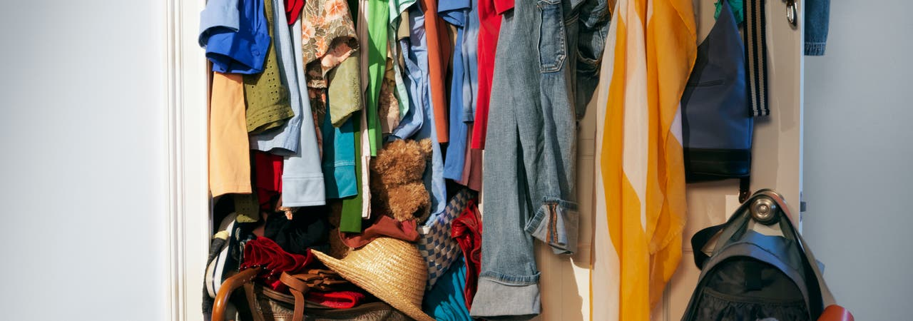 Überquellender Kleiderschrank