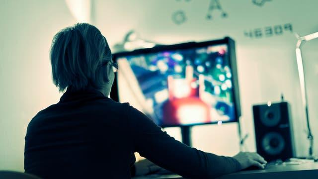 Gamerin vor dem Computer