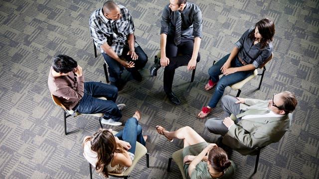 Eine Gruppe sitzt im Kreis