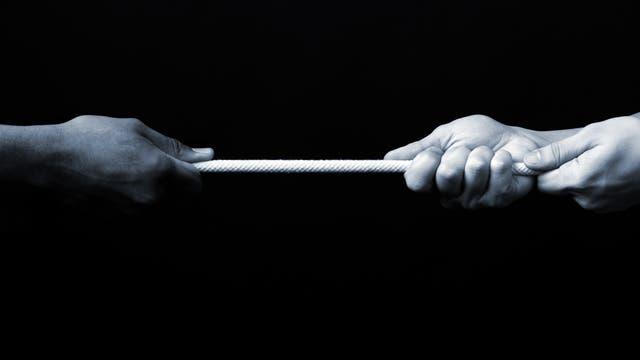 Schwarze Hand und weiße Hand
