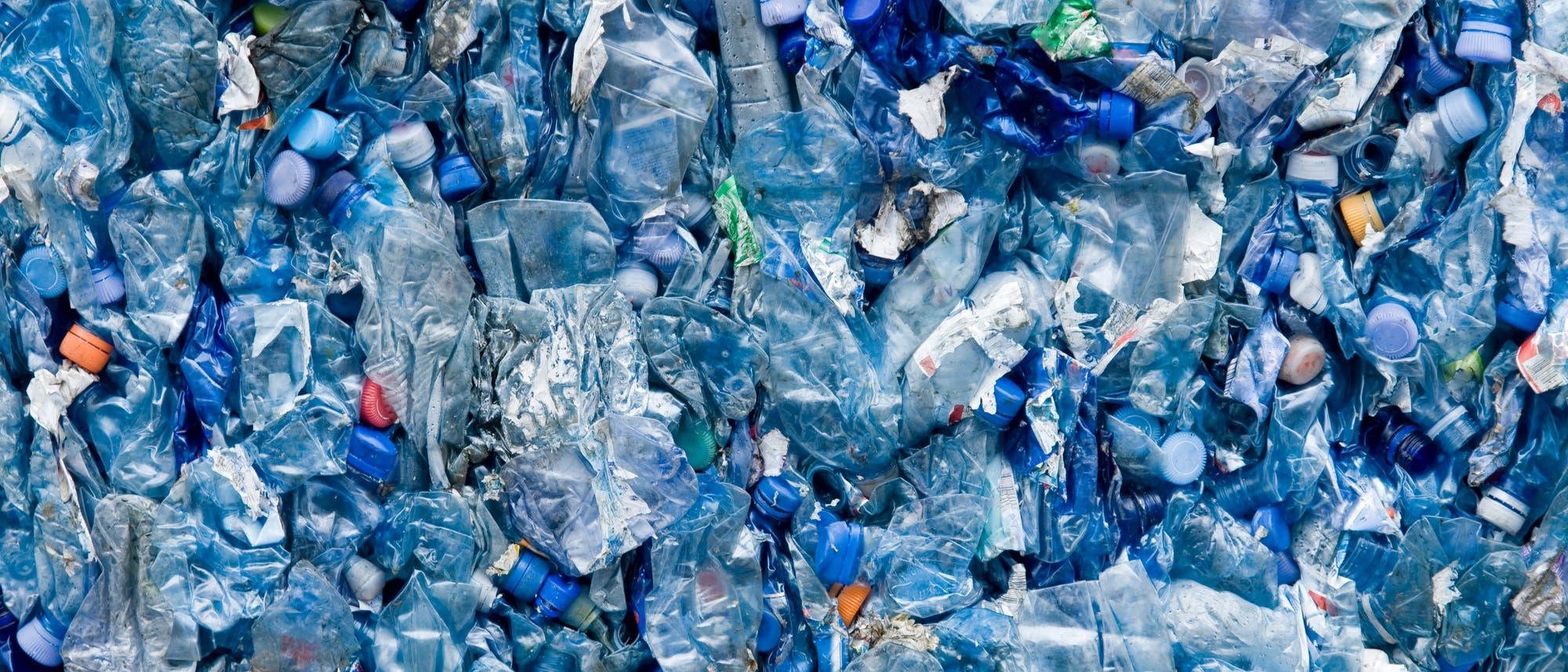 Blaue Plastikflaschen