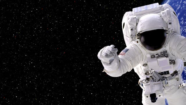 Ein Raumfahrer schwebt durch das Weltall.
