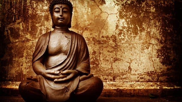 Buddha beim Meditieren, die Hände vorm Bauch gefaltet