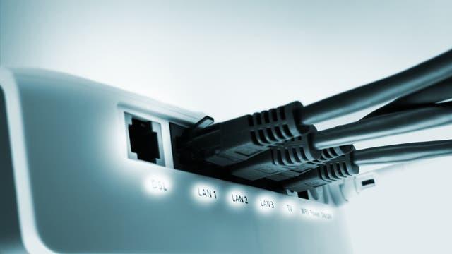 Netzwerkrouter mit eingesteckten LAN-Kabeln