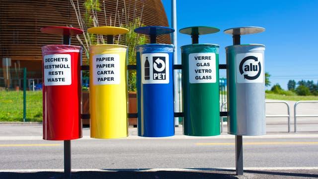 Fünf fein säuberlich aufgereihte Mülleimer