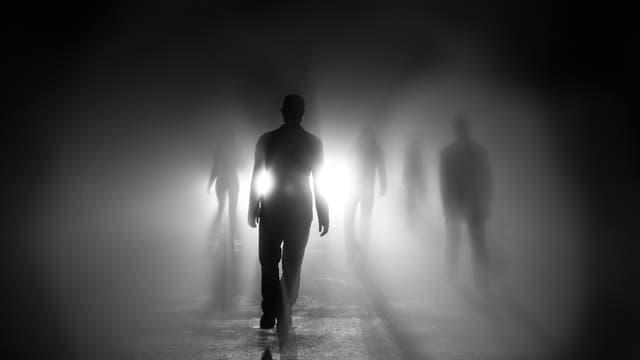 Aus einem gleißenden Licht schreiten dunkle, humanoide Gestalten hervor.