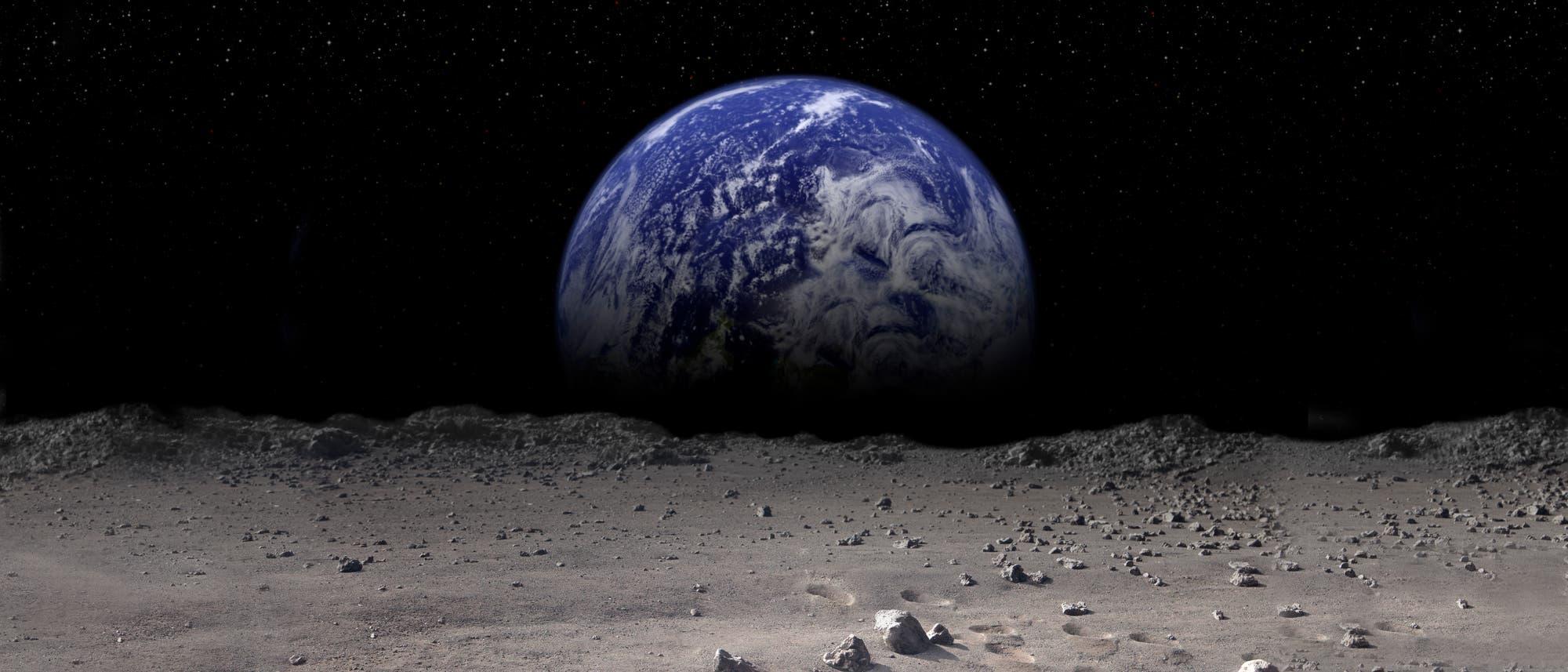 Mond und blauer Planet