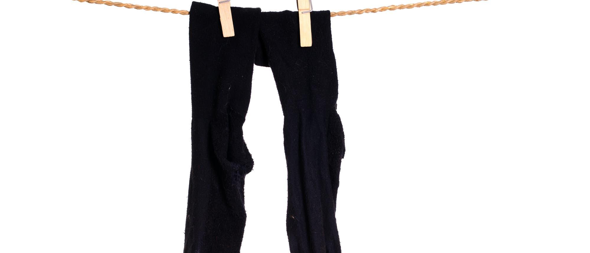 Nasse Socken auf der Wäscheleine