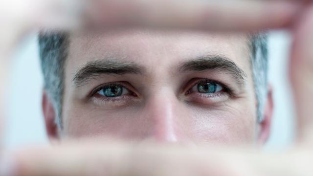 Augenpaar eines Mannes in Nahaufnahme