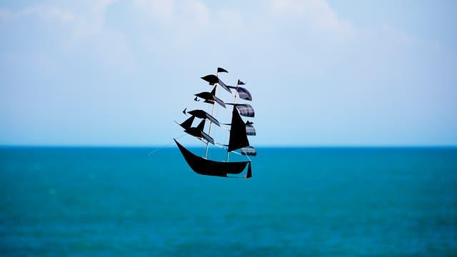 Ein Drachen in Form eines Piratenschiffs
