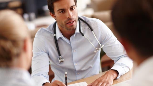 Ein Mediziner führt ein Patientengespräch