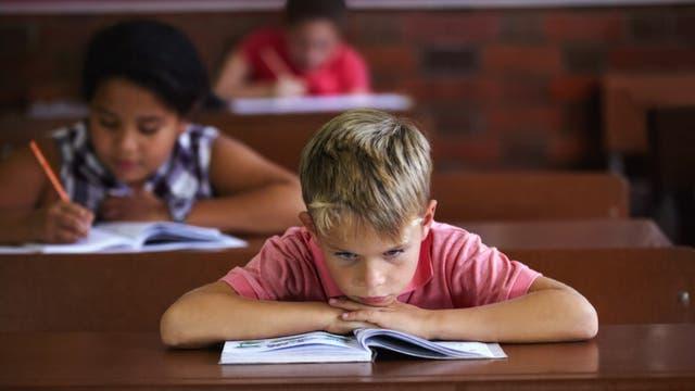 Junge langweilt sich im Unterricht