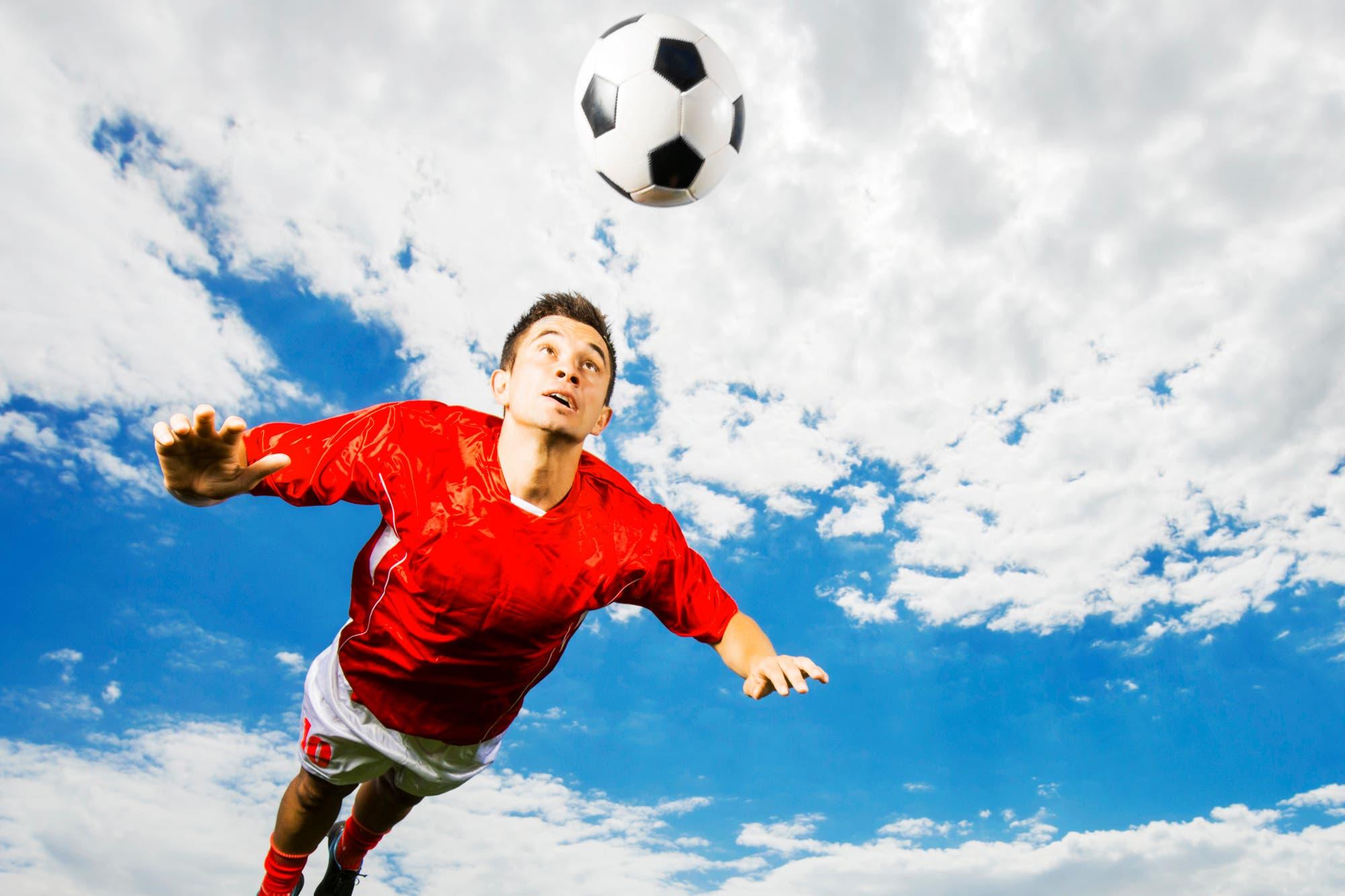 Fußballspieler setzt zum Kopfball an