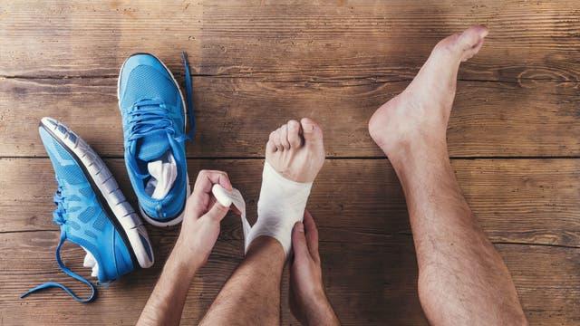 Sportler mit bandagiertem Fußgelenk