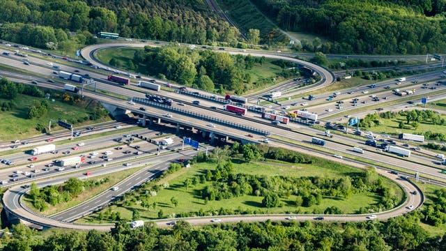 Luftaufnahme eines Autobahnkreuzes nahe Frankfurt. Irgendwo in Bild ist auch eine Bahnlinie versteckt-
