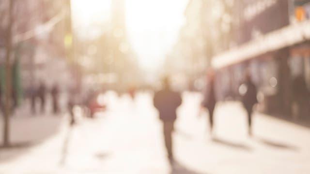 Eine Straßenszene, wie Kurzsichtige sie sehen, wenn sie ihre Brille zuhause auf dem Nachttisch vergessen haben