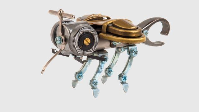 Eine aus Metallteilen zusammengelötete Steampunk-Biene.