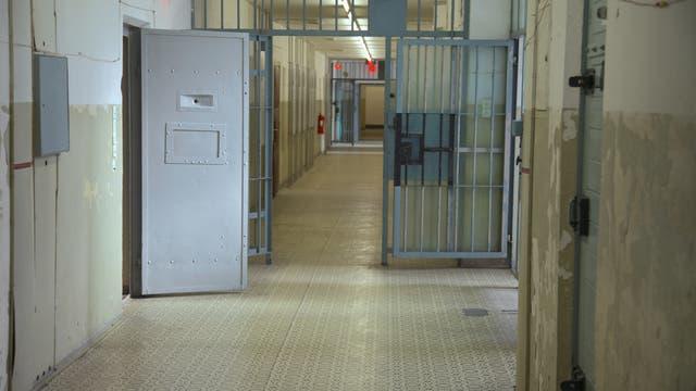 Gefängniskorridor mit offenen Türen der Gedenkstätte Berlin-Hohenschönhausen