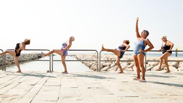 Seniorinnen bei Fitnesskurs