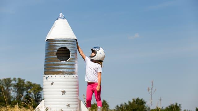 Etwas größer als dieses Spielzeugmodell sind die neuen Raketentypen schon, aber früh übt sich die Begeisterung