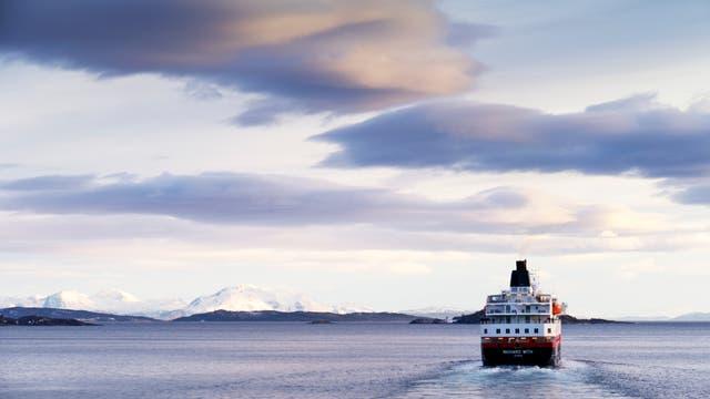 Schiff fährt entlang der norwegischen Küste