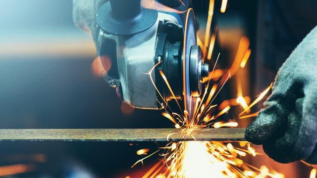 Normaler Stahl lässt sich mit einem Winkelschleifer gut schneiden