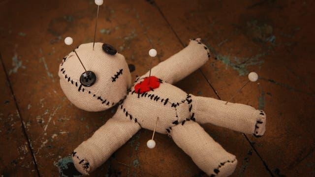 Voodoopuppe mit Nadeln im Körper
