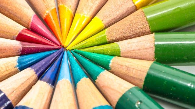 Buntstifte in den Farben des Regenbogens