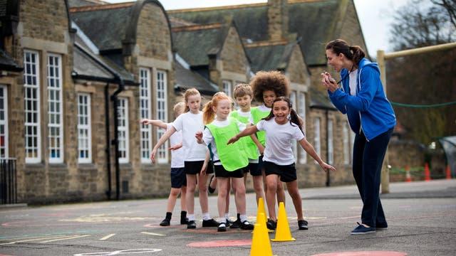 Schulsport sollte vor dem Unterricht stattfinden, denn danach können sich Kinder besser konzentrieren als ohne Training.