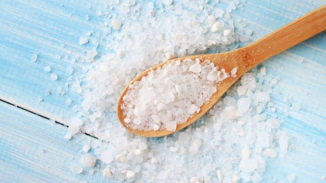 Ein Löffel mit Salz