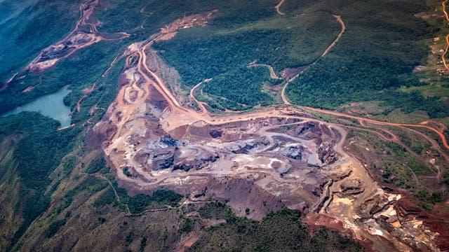 Ein Tagebau nach Bauxit, einem aluminiumreichen Erz, erstreckt sich durch ein Waldgebiet in Venezuela.
