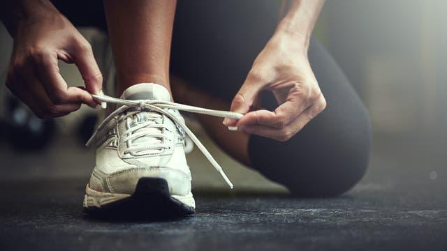 Viele Europäer und Amerikaner gehen joggen, um Kalorien zu verbrennen. Doch Jäger und Sammler laufen erheblich mehr als wir – und setzen insgesamt trotzdem nicht mehr Energie um.