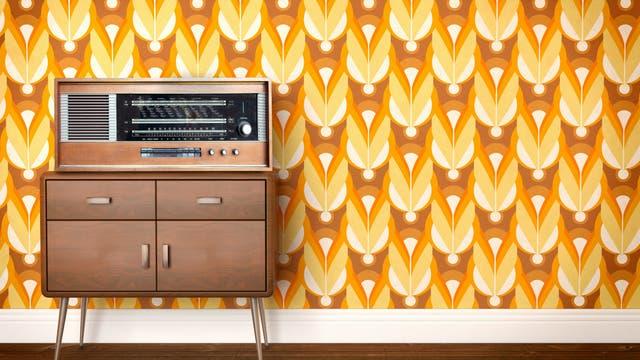 Vintage Radio vor bunter Tapete