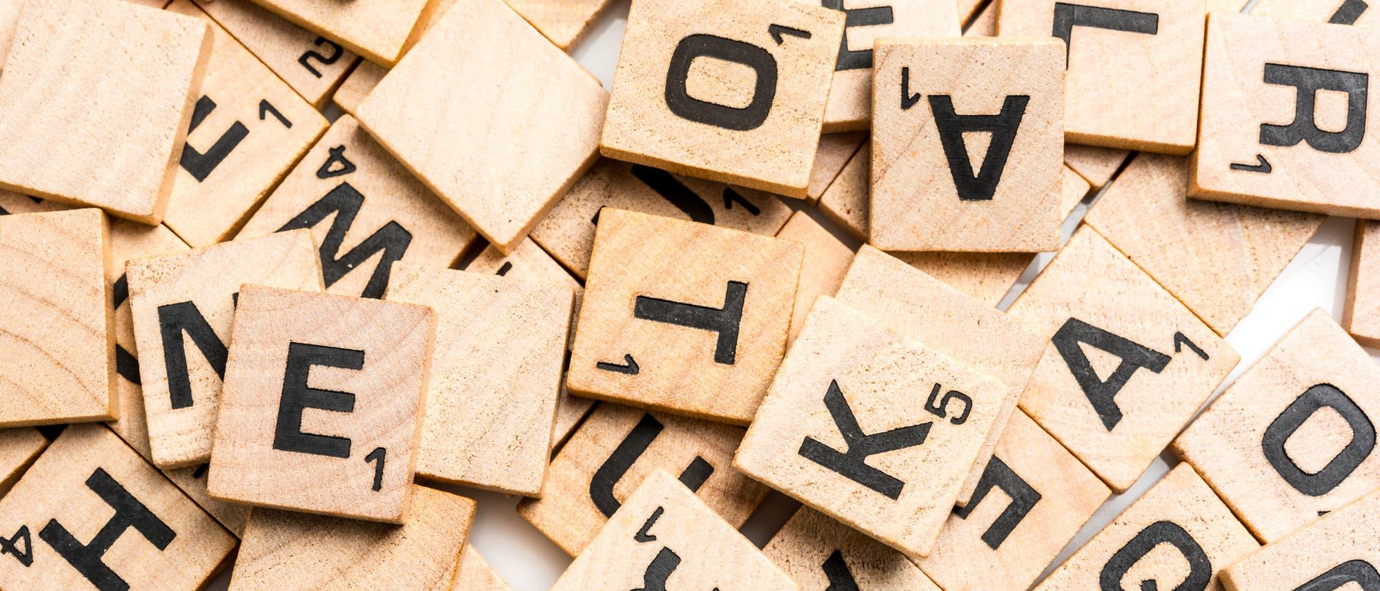 Eine Menge von Scrabble-Steinen mit Buchstaben
