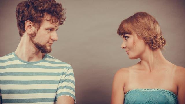 Mann und Frau blicken sich an