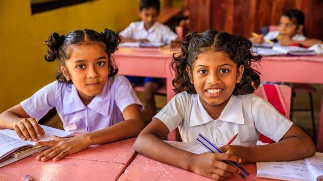 Es sitzen wieder mehr Mädchen auf den Schulbänken: Jahrzehntelang waren Töchter in Ländern wie Indien, China und Südkorea unerwünscht und die Geschlechterverhältnisse stark verzerrt. Verstädterung, Bildungsangebote und Staatliche Kampagnen führen jetzt vielerorts zur Trendwende.