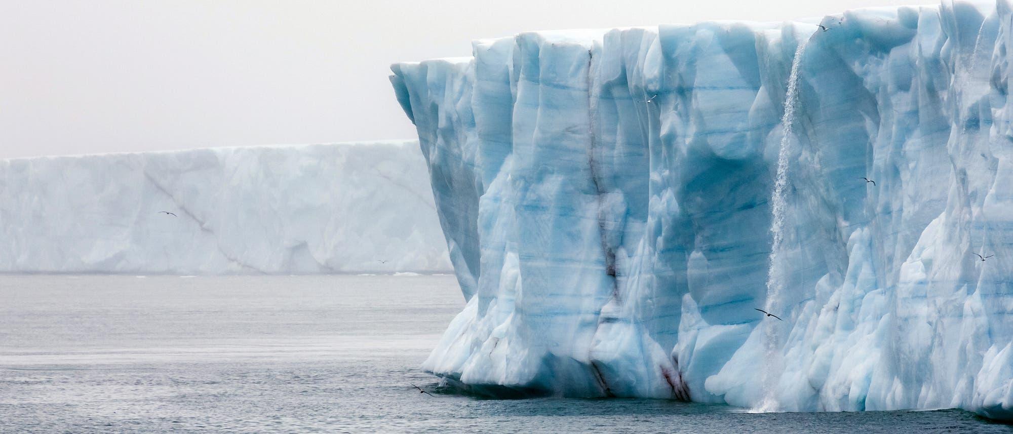 Eiswand mit Wasserfall