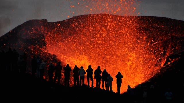 Eine Gruppe von lebensmüden Knalltüten steht direkt am Krater eines aktiven Vulkans.