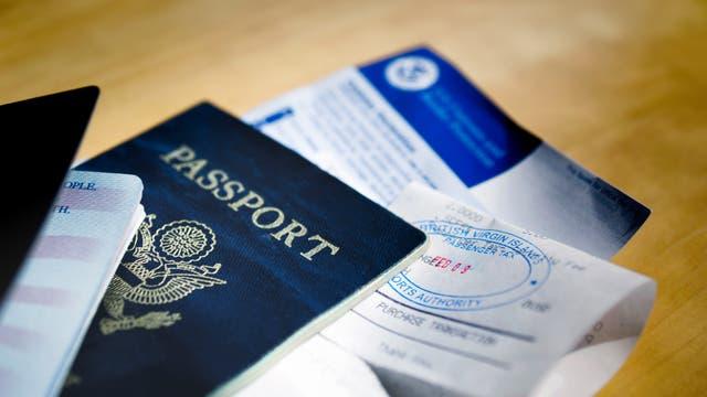 Reisepass und Visa liegen auf einem Tisch