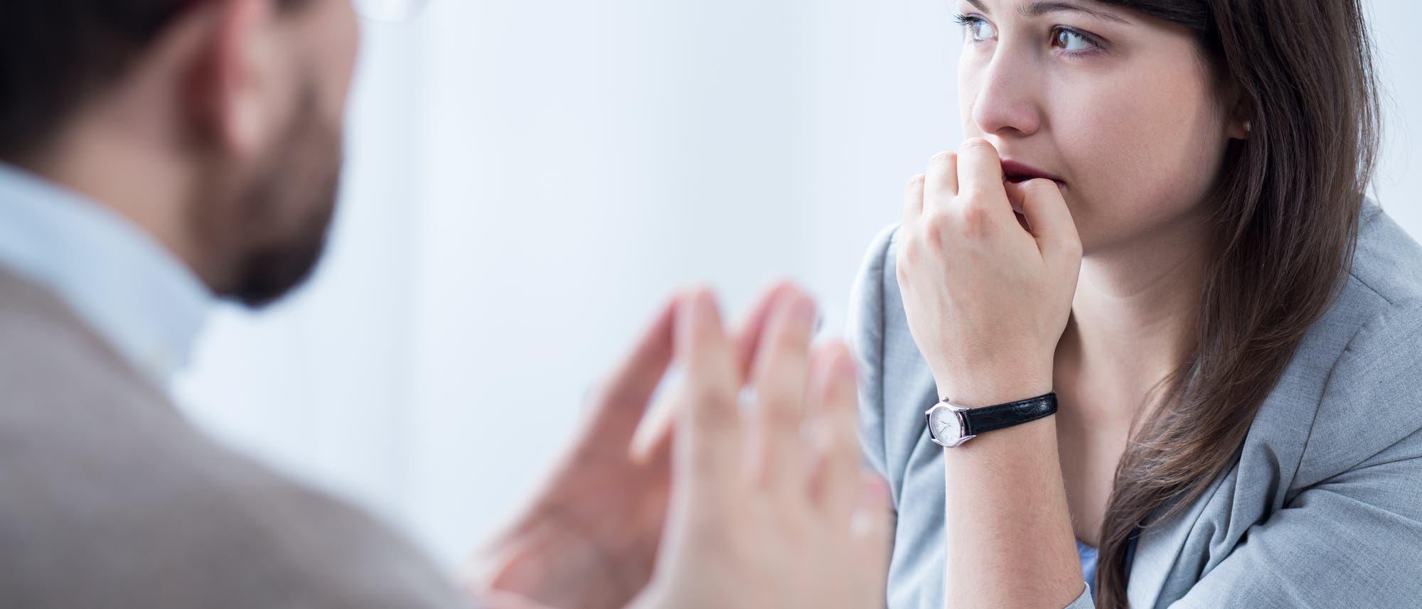 Ein Psychotherapeut behandelt eine junge Patientin.