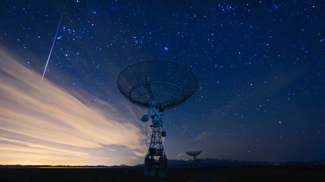 Auf Langzeitbelichtungen hinterlassen Satelliten Streifen