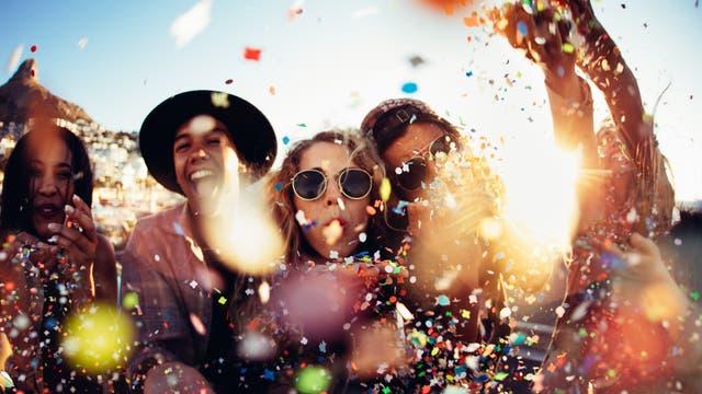 Junge Menschen feiern ausgelassen