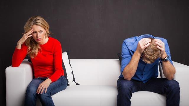 Mann und Frau am Sofa, der Haussegen hängt schief
