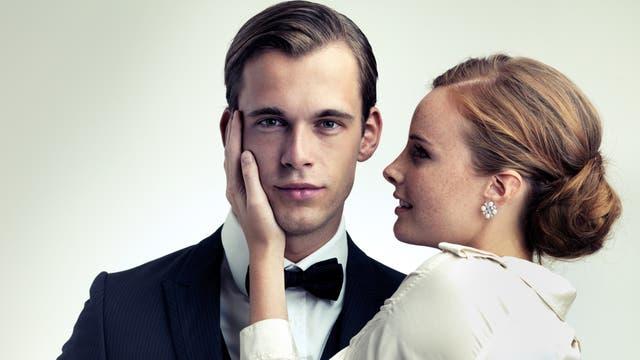 Junger Schönling mit Frau, die ihn anbetet