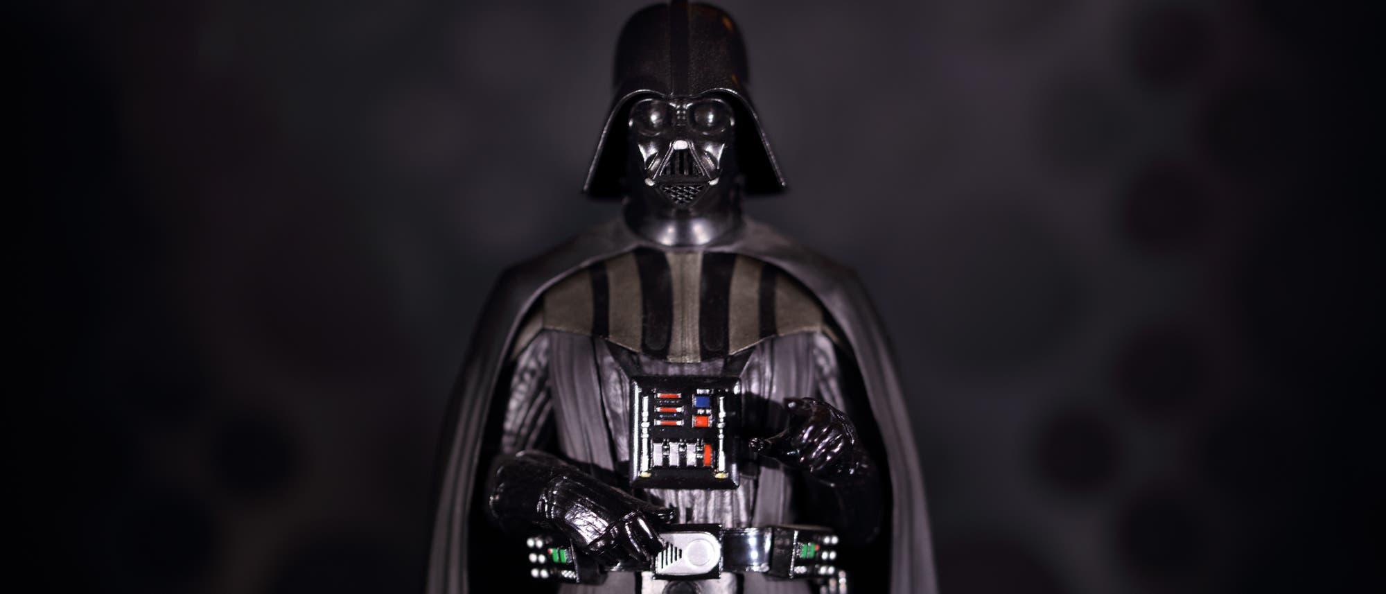 Mensch in Darth-Vader-Kostüm