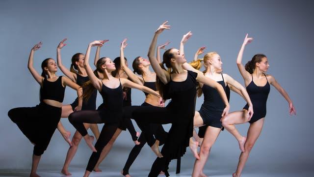 Eine Gruppe von Tänzerinnen im Gleichtakt