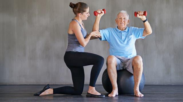 Reha: Alter Mann bei Kraftübung