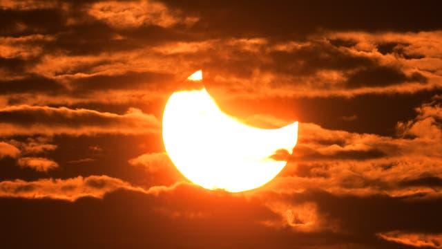 In der zweiten Juniwoche verdeckt der Mond die Sonne teilweise.