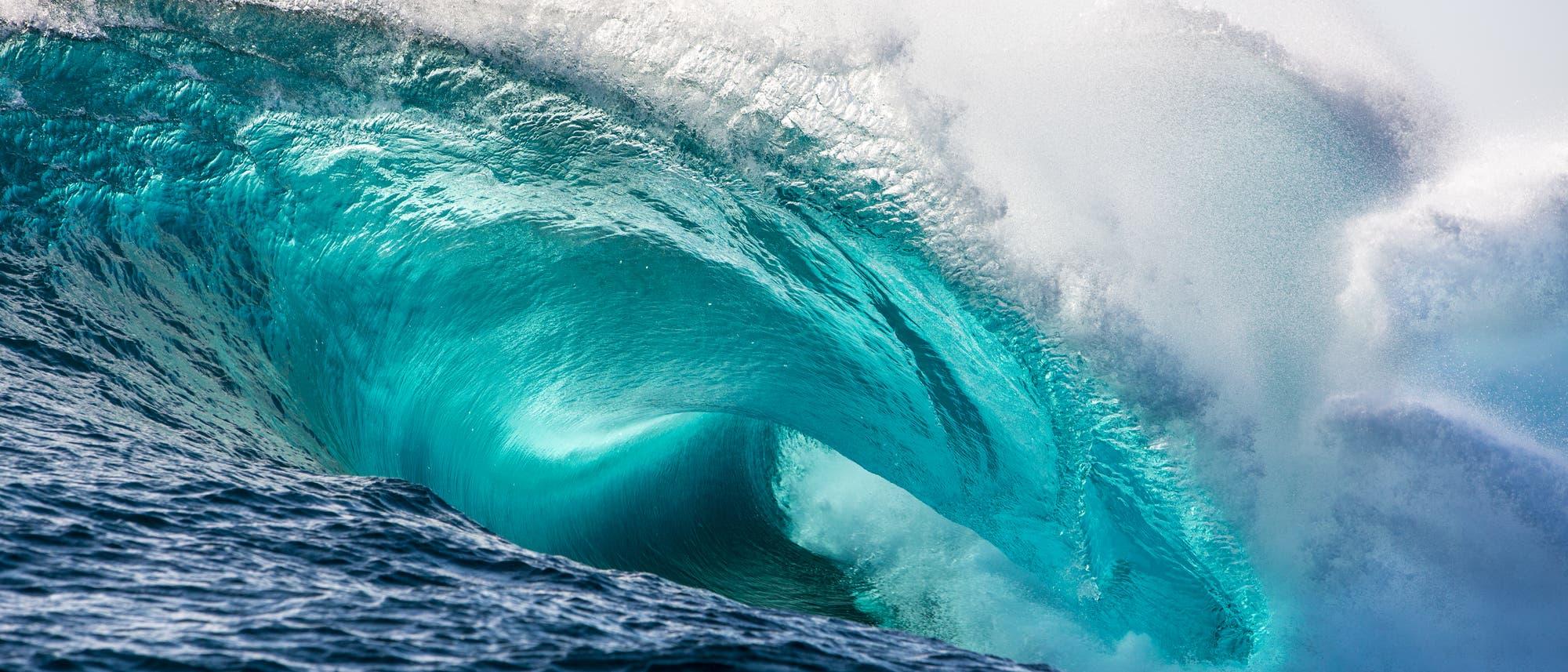 Eine Welle bricht sich im Ozean